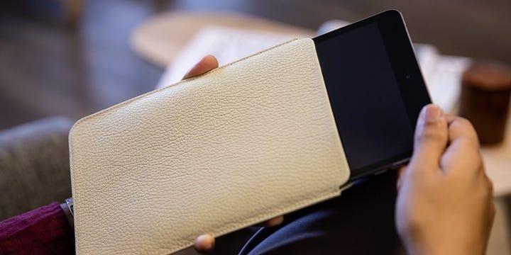 Beschermhoes voor de iPad Mini - Gebroken Wit - Korrelig Leer