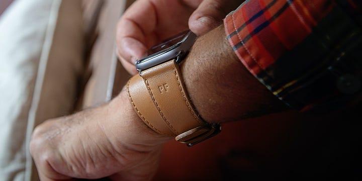 Apple Watch Series 5 Horlogebandje met Dubbele Omslag  - (44 mm) - Natuur - Soepel Leer